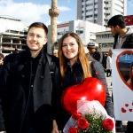 Sevgililer Günü'nde pankartlı evlenme teklifi