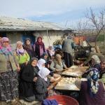 Yalıhüyüklü kadınlar, şehitler için pişi dağıttı
