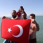 Beyşehirli balıkçılar Türk bayrağı açıp gölde yüzdü