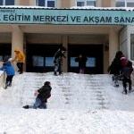 Ardahanlı öğrencilerin karla kaplı merdivendeki kayak keyfi