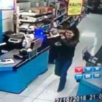Genç kadın marketten çikolata çalıp böyle çıktı