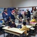 Keban'da jandarmadan öğrencilere kırtasiye desteği