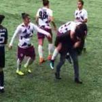 Futbolcusunu sırtında taşıdı