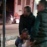 2 yaşındaki kızına göz kırpan kişiyi dövdü