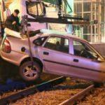 Kontrolü kaybeden sürücü tramvay yoluna uçtu