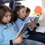 Trenle yolculuk yapıp kitap okudular
