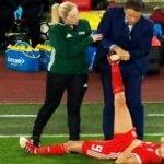 Yerde yatan kadın futbolcuya müdahale edince...