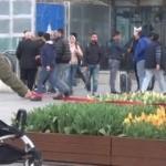 Taksim Meydanı'nda turistten çocuğuna ilginç önlem