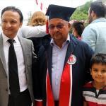 Üniversite diplomasını 61 yaşında oğlunun elinden aldı