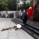 Atatürk anıtındaki HDP çelengini parçaladı!