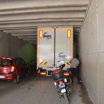 Manisa'da kamyonet alt geçide sıkıştı