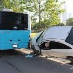 İnanılmaz kaza! Otomobil İETT otobüsüne takıldı