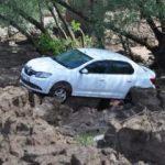 Otomobil yağıştan çamura saplandı