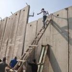 İsrail'den ibadet işkencesi! Duvarları aşıyorlar