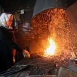 Kınalı elleriyle 30 yılı aşkındır demir dövüyor
