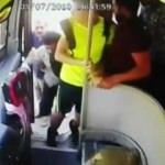İstedikleri yerde durmayan otobüsü taşladılar