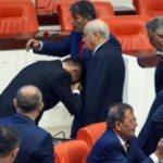 Meclis'te ilginç anlar! Bahçeli'nin elini öptü