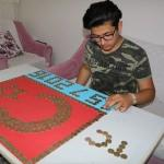 15 Temmuz şehitleri için 1 liralarla Türk bayrağı yaptı