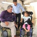Silopili engelli kıza tekerlekli sandalye