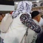 Annesini sırtında taşıdı
