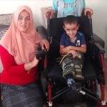 Engelli çocuğun akülü tekerlekli sandalye sevinci