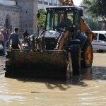 Uşak'ta ana su borusu patladı, iş yerlerini su bastı