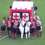 Futbolcular çalışmayan ambulansı itti!