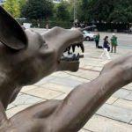 Yaptığı hareketle ülkeyi karıştıran heykel!