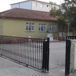 GÜNCELLEME - Üzerine demir kapı devrilen çocuk öldü
