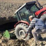 Tarla süren traktör, obruğa düştü