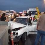 Adana'da otomobil refüje çarptı: 2 yaralı