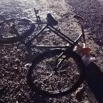 Evine ekmek götüren bisikletliye araç çarptı