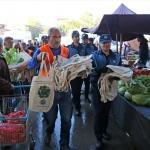 Adana'da pazarda bez torba dağıtıldı