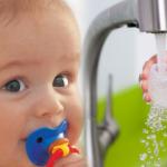 Bebekler için uygun ve çok işlevli emzik modeli