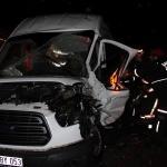 Servis minibüsü ile tır çarpıştı: 2 yaralı