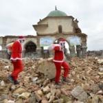 Yerle bir edilmiş şehirde Noel Baba şovu!