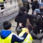 Eylemciler Fransız polisini yumruklayıp, dövdü!