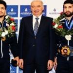 Mevlüt Uysal'dan dünya şampiyonlarına ödül