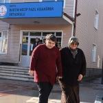Hayatını görme engelli eşiyle kızına adadı
