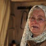 Evi yanan yaşlı kadın yardım bekliyor