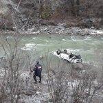 Artvin'de kamyonet dereye yuvarlandı: 1 ölü, 2 yaralı