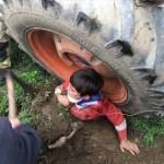 Devrilen traktörün altında kalan çocuk yaralandı