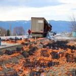 Kapağı açılan tır dorsesindeki 1 ton portakal yola saçıldı