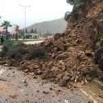 Yamaçtan kopan kaya parçaları karayolunu kapattı
