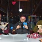 Çocuklarına örnek olmak için kafede buluşup kitap okuyorlar