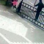 Kız çocuğunu evinin önünden kaçırmaya çalıştı