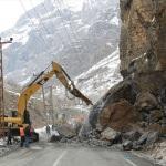 Hakkari-Çukurca kara yoluna kaya parçaları düştü