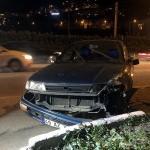 Kaza yapan otomobil, lastikçinin bahçesindeki aracın üzerine devrildi