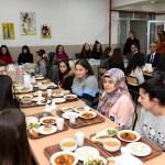 Vali Funda Kocabıyık, yatılı kız öğrencileriyle yemek yedi