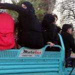 Motosiklet sepetinde bebek arabasıyla tehlikeli yolculuk